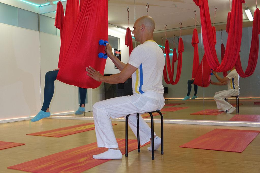 Aerial-Massage am Bach - eine Mischung aus Dorntherapie, Acro Yoga und Thai Yoga Massage/ www.loftambach.ch