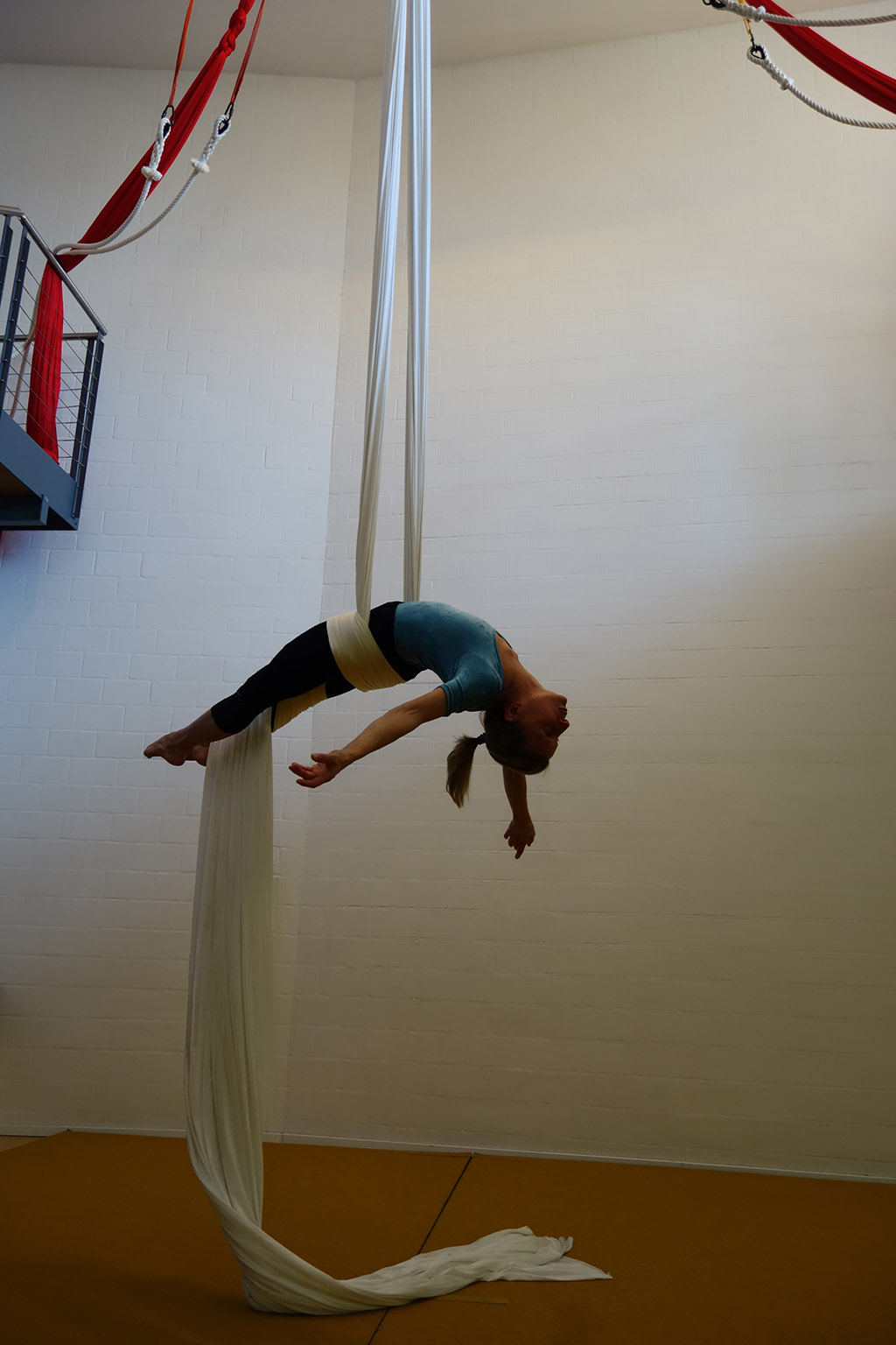 Luftakrobatik Vertikaltuch Trapez Aerial Hoop Loft am Bach Dietlikon Zuerich (6)